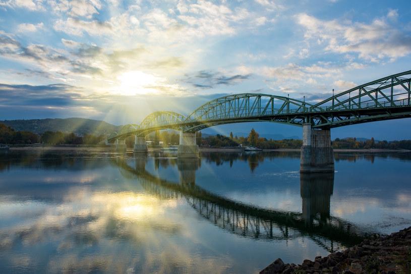 Graniczny most Marii Walerii na Dunaju między Węgrami i Słowacją w Ostrzyhomiu /123RF/PICSEL