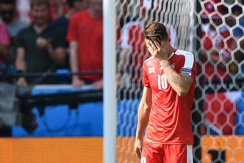 Granit Xhaka załamany po zmarnowanym rzucie karnym w meczu z Polską /AFP