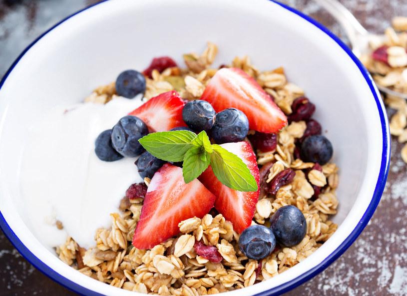 Granolę możesz dodać do lodów lub jogurtu /123/RF PICSEL /123RF/PICSEL