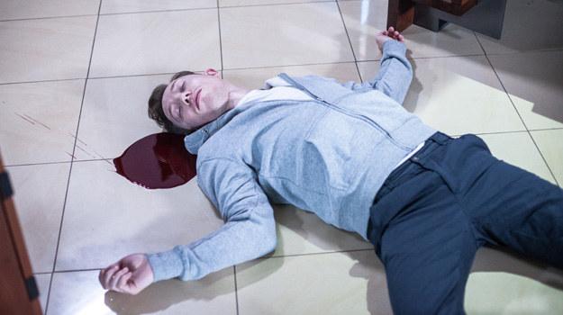 Grażyna znajdzie martwego Igora lezacego w kałuży krwi... /ATM Grupa S.A. /materiały prasowe