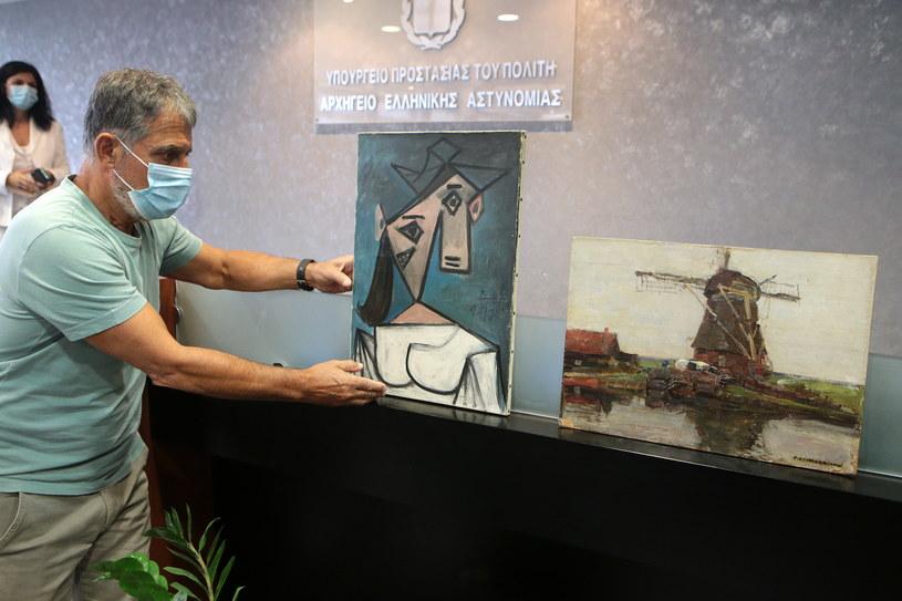 Grecka policja pokazała odzyskane dzieła sztuki na konferencji prasowej. /EPA/PANTELIS SAITASU /PAP/EPA