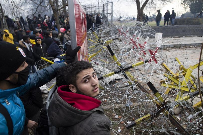 Grecka policja w niedzielę użyła gazu łzawiącego wobec kilkuset migrantów z Turcji /PAP/EPA