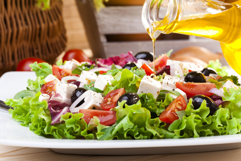 Grecka sałatka to doskonały sposób na śniadanie dla osób zmagających się z osteoporozą /123RF/PICSEL