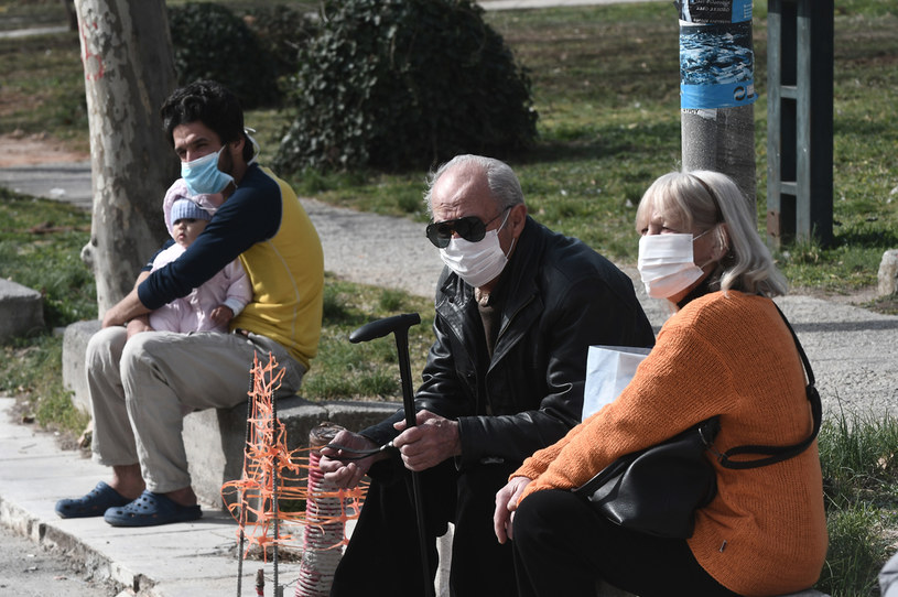 Grecy w ochronnych maseczkach /AFP