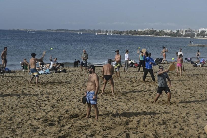 Grecy wyszli na plażę w Atenach; zdjęcie z minionej niedzieli /AFP