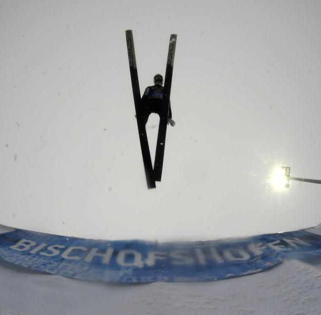 Gregor Schlierenzauer i jego lot nad Bischofshofen. /AFP