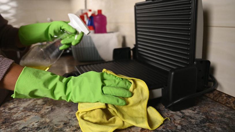 Grill bez wyjmowanych płyt jest trudniejszy do wyczyszczenia /123RF/PICSEL