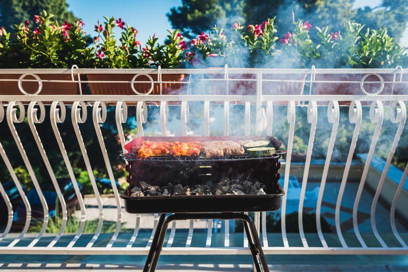 Grill na balkonie /©123RF/PICSEL