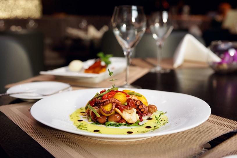 Grillowaną ośmiornice można zamówić w wykwintnej restauracji, jednak jej przygotowanie wcale nie jest  trudne /123RF/PICSEL