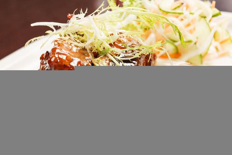 Grillowane żeberka z surówką z kapusty i kiełków /123RF/PICSEL