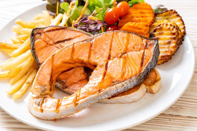 Grillowanie to sposób na smaczne i efektowne podanie ryby /123RF/PICSEL