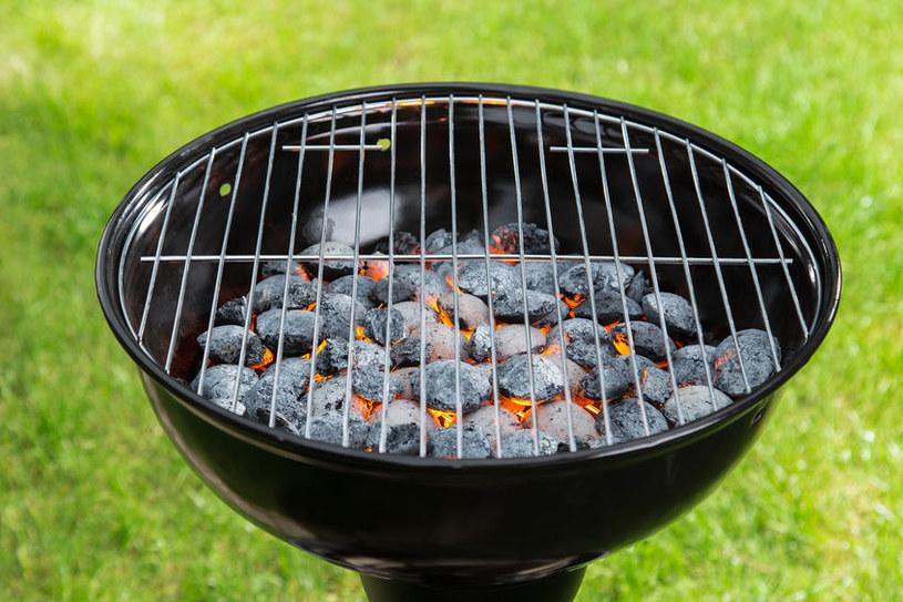 Grilluj na rozżarzonych węglach /©123RF/PICSEL