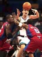 Grizzlies - Clippers 119:115. Pau Gasol osaczony przez Eltona Branda i Jeffa McInnisa