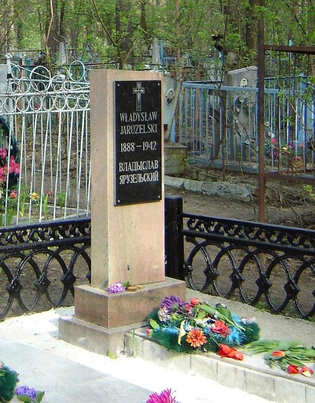 Grób ojca Władysława na cmentarzu w Bijsku. Wojciech Jaruzelski odwiedził miejsce zesłania w 2005 r. /Laski Diffusion /East News
