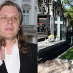 """Grób Piotra Woźniaka-Staraka w remoncie. Tabloid relacjonuje: """"Deski i wystające pręty"""""""