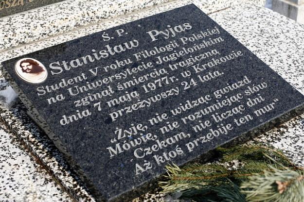 Grób Stanisława Pyjasa na cmentarzu w Gilowicach /Andrzej Grygiel /PAP