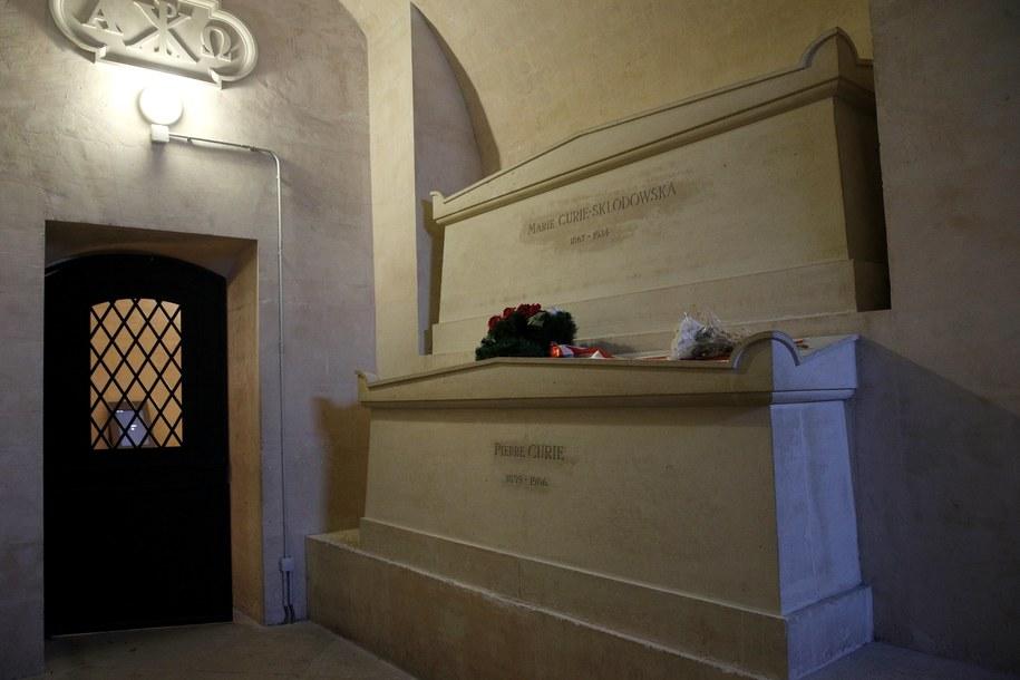 Grobowiec, w którym pochowana jest Maria Skłodowska-Curie i jej mąż Piotr /YOAN VALAT  /PAP/EPA