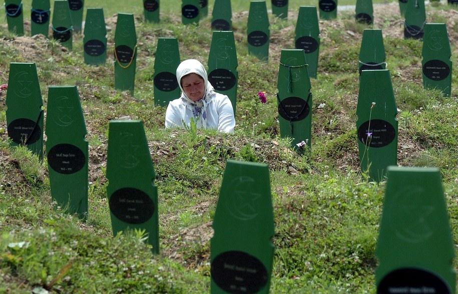Groby ofiar masakry /MZWELE /PAP/EPA