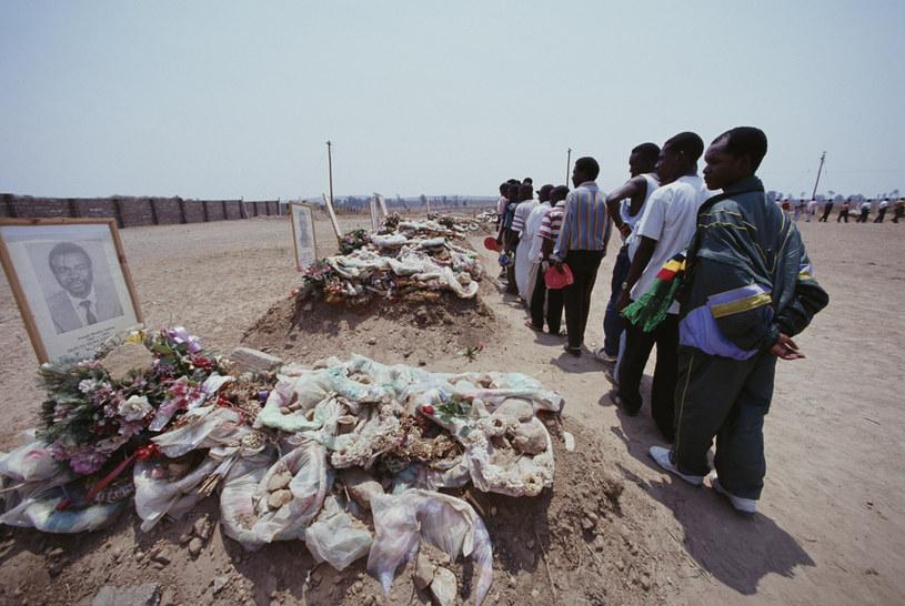 Groby reprezentantów Zambii po katastrofie samolotu u wybrzeży Gabonu - 1993 rok /SIMON BRUTY /Getty Images