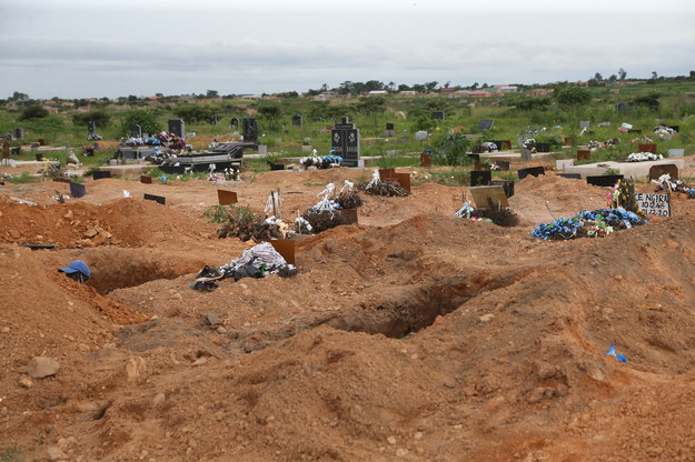 Groby w  Zororo Memorial Park /AARON UFUMELI /PAP/EPA