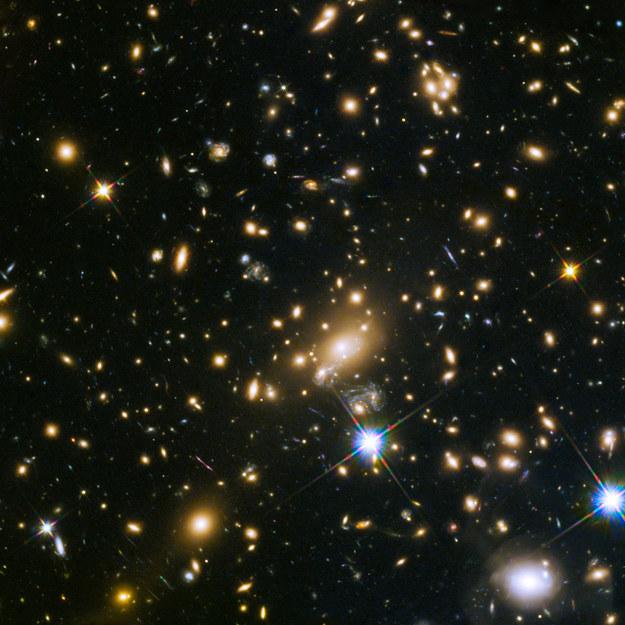 Gromada galaktyk MACS J1149.5+223. Fot. NASA, ESA, S. Rodney (John Hopkins University, USA) and the FrontierSN team; T. Treu (University of California Los Angeles, USA), P. Kelly (University of California Berkeley, USA) and the GLASS team; J. Lotz (STScI) and the Frontier Fields team; M. Postman (STScI) and the CLASH team; and Z. Levay (STScI)