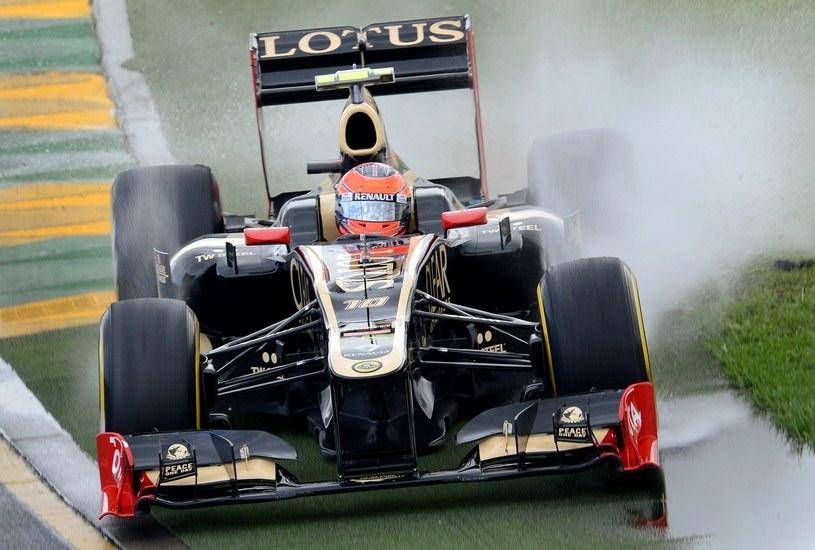 Grosjean jest szybki, ale ma problemy z utrzymaniem się na asfalcie /AFP