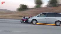 Groźna sytuacja na autostradzie. Staranował motocykl i uciekał
