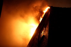 Groźny pożar na warszawskiej Pradze. Ewakuowano sto osób