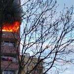 Groźny pożar w wieżowcu na południu Krakowa, nastolatka wyskoczyła z 6. piętra