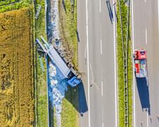 Groźny wypadek na A4. Ciężarówka uderzyła w bramownicę