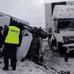 Groźny wypadek na DK8. Samochód dostawczy zderzył się z ciężarówką