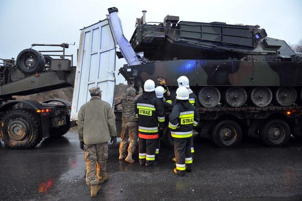 Przewożąca czołg laweta wojsk amerykańskich, zderzyła się z ciężarówkami i busem w Mirosławcu.