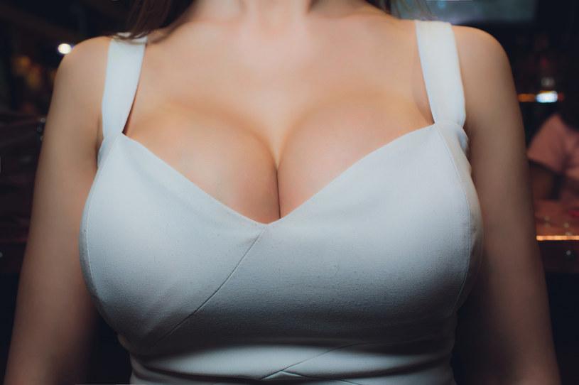 Grubość ramiączek i pasa obwodu powinna być proporcjonalna do wielkości biustu. Cienkie ramiączka są dedykowane kobietom, które noszą miseczki A i B /123RF/PICSEL