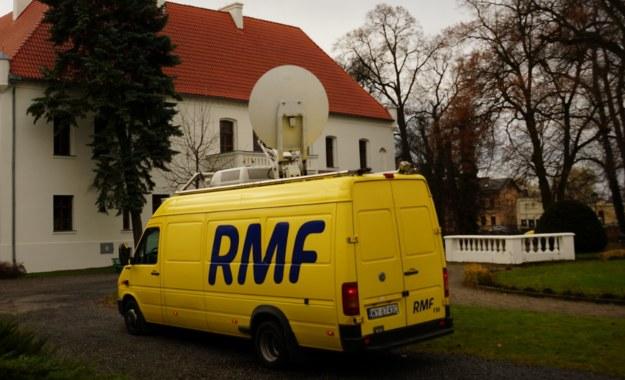 Grudniowe Fakty z Twojego Miasta. Wóz satelitarny RMF FM przed Zamkiem Górków w Szamotułach /Michał Dukaczewski /RMF FM
