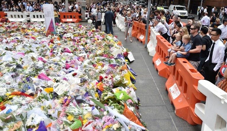 Grudniowy zamach wstrząsnął Australijczykami, na zdj. kwiaty złożone pod kawiarnią, gdzie doszło do ataku. /PETER PARKS / AFP /AFP
