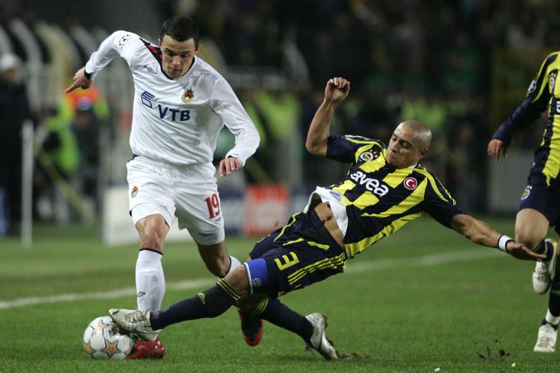 Grudzień 2007, faza grupowa Ligi Mistrzów. Janczyk w barwach CSKA mija Roberto Carlosa z Fenerbahce /AFP