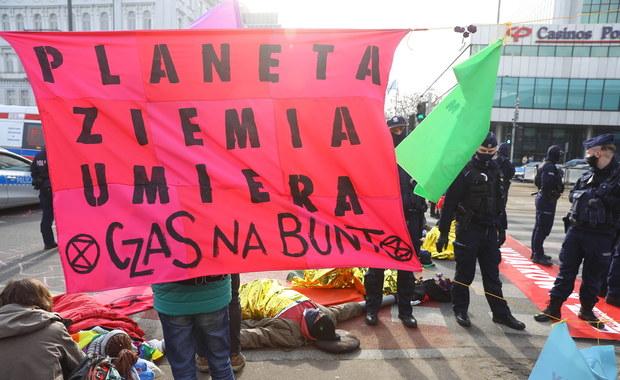 Grupa aktywistów blokuje skrzyżowanie w centrum Warszawy