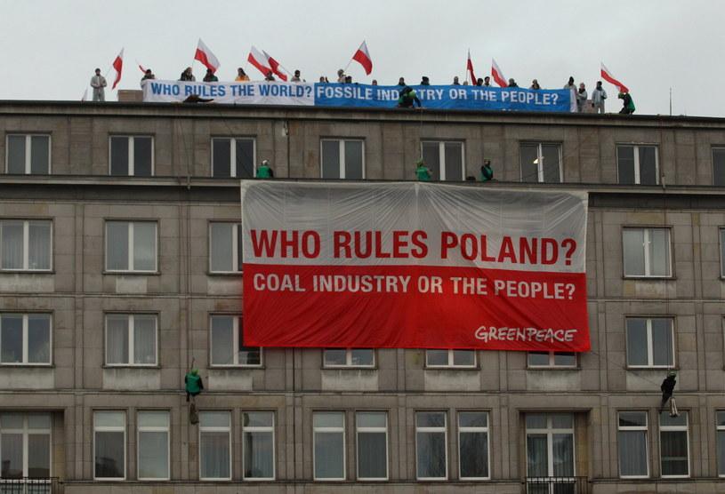 Grupa aktywistów weszła na dach ministerstwa /Radek Pietruszka /PAP