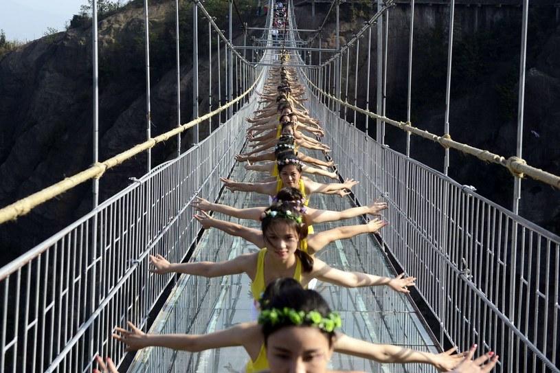 Grupa ćwicząca... jogę na szklanym moście /AFP