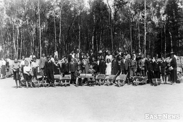 Grupa dzieci i dorosłych podczas sypania kopca Piłsudskiego na Sowińcu. Kraków 1935 r. /Zbiory Muzeum Niepodległości /East News
