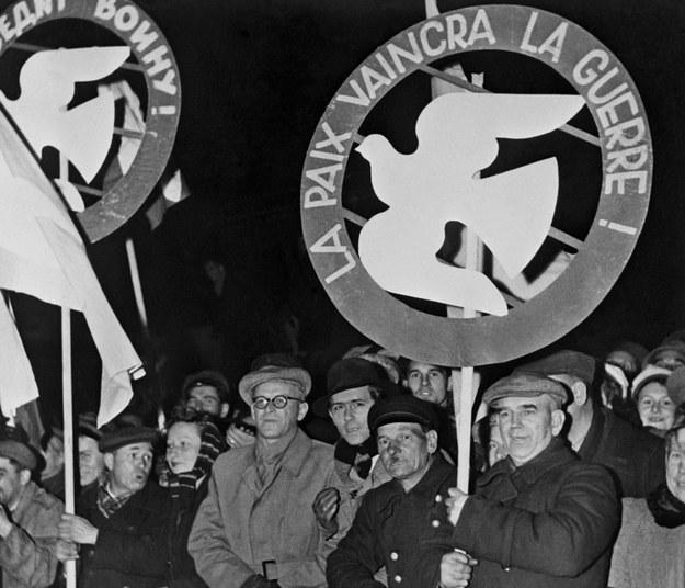 Grupa francuskich delegatów Światowego Kongresu Obrońców Pokoju manifestująca w Warszawie 20 listopada 1950 r. /AFP