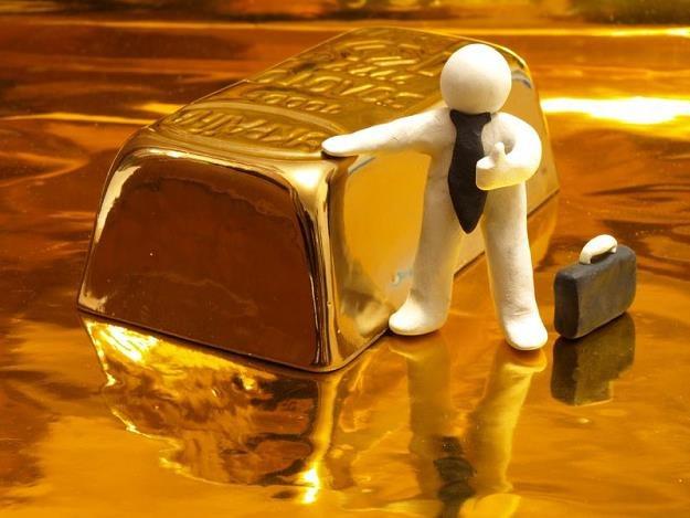 """Grupa """"handlowała"""" też - fikcyjnie - kilkukilogramowymi figurkami ze złota /©123RF/PICSEL"""