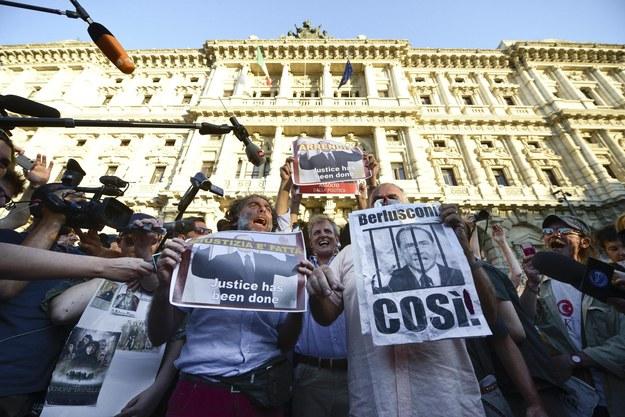 Grupa ludzi ciesząca się po wyroku Sądu Kasacyjnego /GUIDO MONTANI  /PAP/EPA