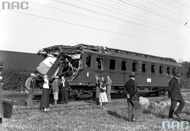 Grupa ludzi przy zniszczonym wagonie /Z archiwum Narodowego Archiwum Cyfrowego