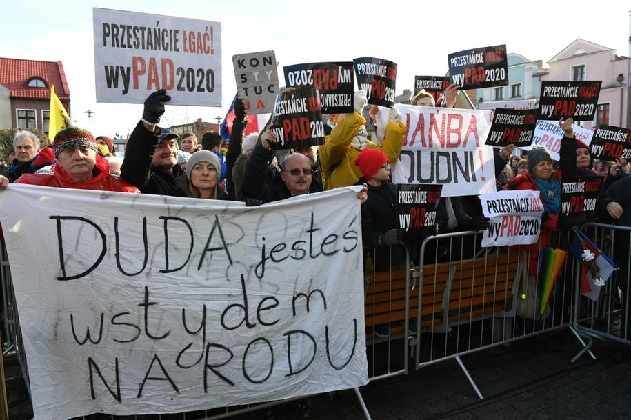 Grupa manifestujących z transparentami podczas głównych obchodów 100. Rocznicy Zaślubin Polski z morzem / Adam Warżawa    /PAP