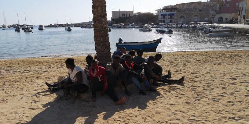 Grupa migrantów po przybyciu na Lampedusę /CONCETTA RIZZO /PAP/EPA