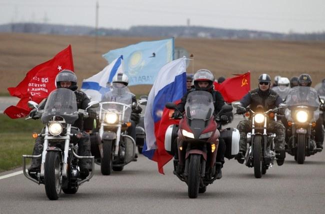 Grupa motocyklistów z Rosji przyjechała na Kurhan Sławy pod Mińskiem /TATYANA ZENKOVICH  /PAP/EPA