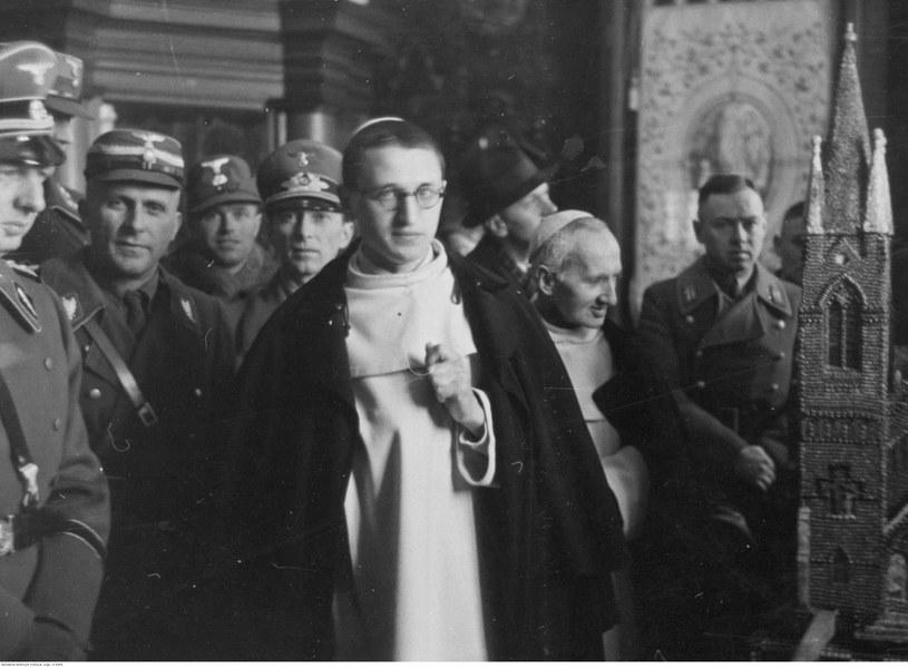 Grupa niemieckich żołnierzy w klasztorze na Jasnej Górze /Odkrywca