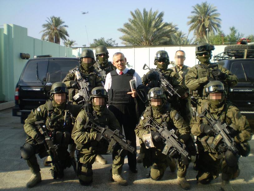 """Grupa ochronna BOR GO-E5 nazwana przez Amerykanów """"Pigeon"""". Na wyposażeniu karabin HK G36 i pistolety glock. Na zdjęciu razem z ambasadorem Stanisławem Smoleniem, 2008 rok /archiwum prywatne"""