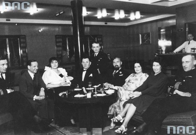 """Grupa osób na pokładzie """"Piłsudskiego"""" /Z archiwum Narodowego Archiwum Cyfrowego"""